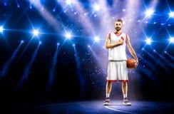 El jugador de básquet orgulloso está rogando antes de mach Imágenes de archivo libres de regalías