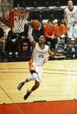 El jugador de básquet salta clavada Fotografía de archivo