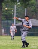 El jugador de béisbol lanza la bola Imagenes de archivo