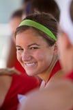 El jugador de beísbol con pelota blanda femenino sonríe en cobertizo Imágenes de archivo libres de regalías