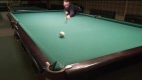 El jugador de billar hace un tiro hermoso y anota la bola en el bolsillo metrajes
