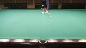 El jugador de billar hace un tiro hermoso y anota la bola en el bolsillo almacen de video