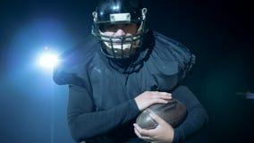El jugador de fútbol americano está consiguiendo listo para lanzar la bola almacen de video