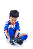 El jugador de fútbol de la juventud que ata el zapato y se prepara para la competencia full Imagen de archivo libre de regalías