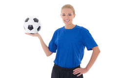 El jugador de fútbol de sexo femenino en el uniforme del azul que sostenía la bola aisló o Fotos de archivo libres de regalías