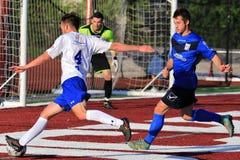 El jugador de fútbol hace un tiro de los ángulos Fotografía de archivo
