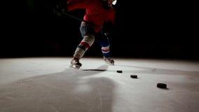El jugador de hockey profesional produce un tiro en meta en la arena del hielo almacen de video