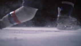 El jugador de hockey profesional produce un tiro en meta en la arena del hielo Primer Cámara lenta almacen de video
