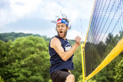 El jugador de la bola de Beachvolley celebra éxito Foto de archivo