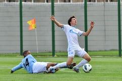 El jugador de la ciudad de Manchester golpea abajo al opositor Foto de archivo