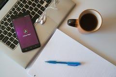 El jugador de música del pi va uso en smartphone Imagen de archivo