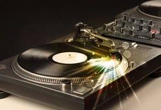 El jugador de música que juega el vinilo con resplandor alinea venir de la necesidad Fotos de archivo libres de regalías