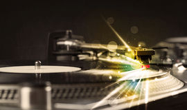 El jugador de música que juega el vinilo con resplandor alinea venir de la necesidad Imagen de archivo