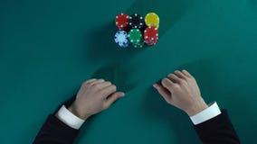 El jugador de póker aventurado apuesta todo incluido, dinero de las participaciones del hombre en el proyecto del negocio, jugand fotografía de archivo libre de regalías