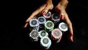 El jugador de póker empuja hacia adentro microprocesadores para hacer una apuesta Imagen de archivo libre de regalías