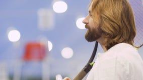 El jugador de tenis bebe el agua después del juego almacen de video