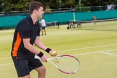 El jugador de tenis de sexo masculino joven está listo para lanzar la bola Fotografía de archivo libre de regalías