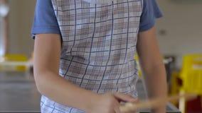 El jugador de tenis del muchacho rellena una estafa con una bola ping-pong, Tabletennis almacen de metraje de vídeo