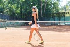 El jugador de tenis hermoso, va al campo de tenis Fotos de archivo