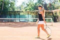 El jugador de tenis hermoso, va al campo de tenis Foto de archivo libre de regalías