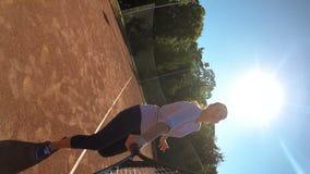 El jugador de tenis de la mujer desempeña servicios en campo y está triste porque ella falta metrajes