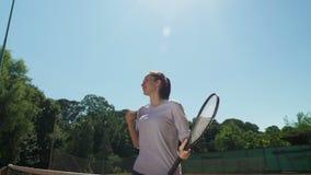 El jugador de tenis de la mujer viene corriendo a la red y hace gesto del triunfo después de un partido almacen de video