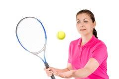 El jugador de tenis lanzó la bola para golpear la estafa en un blanco Imágenes de archivo libres de regalías