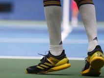 El jugador de tenis profesional Alexander Zverev de Alemania lleva las zapatos tenis de encargo de Adidas Foto de archivo