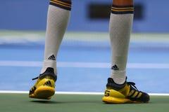 El jugador de tenis profesional Alexander Zverev de Alemania lleva las zapatos tenis de encargo de Adidas Imagen de archivo
