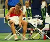 El jugador de tenis profesional Anastasija Sevastova de Letonia necesita la atención médica durante su partido final cuarto del U imagen de archivo