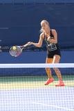 El jugador de tenis profesional Anna Schmiedlova de Eslovaquia practica para el US Open 2015 Imagen de archivo libre de regalías