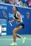 El jugador de tenis profesional Flavia Pennetta de Italia celebra la victoria después de su partido final cuarto en el US Open 20 Imagen de archivo libre de regalías