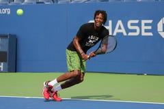 El jugador de tenis profesional Gael Monfis de Francia practica para el US Open 2015 Imagenes de archivo