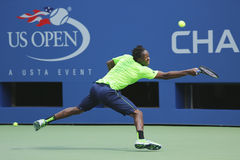El jugador de tenis profesional Gael Monfis practica para el US Open 2014 en Billie Jean King National Tennis Center Fotografía de archivo