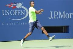 El jugador de tenis profesional Gael Monfis practica para el US Open 2014 en Billie Jean King National Tennis Center Fotografía de archivo libre de regalías