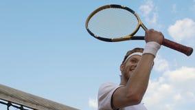 El jugador de tenis profesional gana el juego, emociones felices, mereciendo el premio, honor metrajes