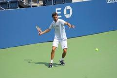 El jugador de tenis profesional Gilles Simon practica para el US Open en Billie Jean King National Tennis Center Imagen de archivo libre de regalías