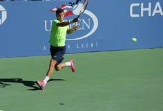 El jugador de tenis profesional Grigor Dimitrov de Bulgaria practica para el US Open 2013 en Billie Jean King National Tennis Cent imagenes de archivo