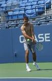 El jugador de tenis profesional Jerzy Janowicz practica para el US Open 2013 en Louis Armstrong Stadium Foto de archivo libre de regalías