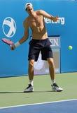 El jugador de tenis profesional John Isner de Estados Unidos practica para el US Open 2015 Imagen de archivo libre de regalías