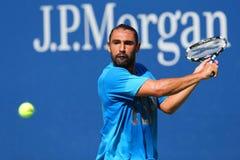 El jugador de tenis profesional Marcos Baghdatis de Chipre practica para el US Open 2014 Foto de archivo libre de regalías
