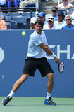 El jugador de tenis profesional Milos Raonic durante la primera ronda escoge el partido en el US Open 2013 Imágenes de archivo libres de regalías