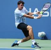 El jugador de tenis profesional Milos Raonic durante la primera ronda escoge el partido en el US Open 2013 Fotos de archivo