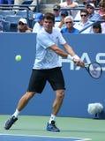El jugador de tenis profesional Milos Raonic durante la primera ronda escoge el partido en el US Open 2013 Imagenes de archivo