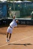 El jugador de tenis sirvió un ball-2 Foto de archivo