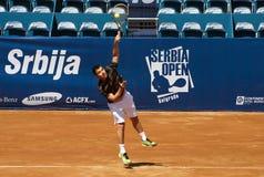 El jugador de tenis sirvió una bola Imagen de archivo