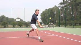 El jugador de tenis utiliza la rebanada del revés en la media corte Cámara lenta almacen de video