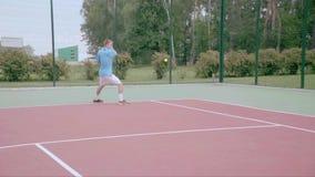 El jugador de tenis utiliza la rebanada del revés en la media corte Cámara lenta metrajes