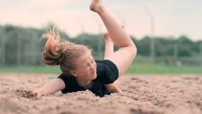 El jugador de voleibol femenino en la caída golpea la bola en la cámara lenta en la playa metrajes