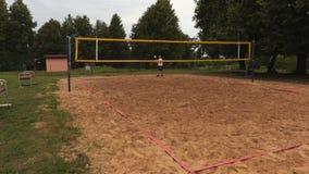 El jugador de voleibol sirve a través de la red metrajes